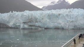 Τουρίστες σε έναν παγετώνα Margerie άποψης κρουαζιερόπλοιων απόθεμα βίντεο