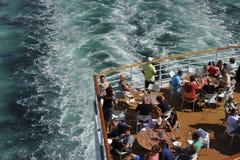 Τουρίστες σε ένα σκάφος της γραμμής κρουαζιέρας Στοκ Φωτογραφία