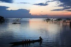 Τουρίστες σε μια βάρκα longtail στη γιγαντιαία τετραγωνική εμβύθιση καθαρή, Pakpra, noi Talay, Ταϊλάνδη Στοκ Εικόνες