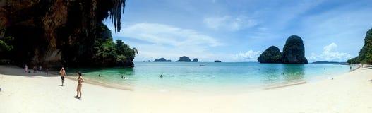 Τουρίστες σε μια παραλία Phra Nang καπέλων Στοκ φωτογραφίες με δικαίωμα ελεύθερης χρήσης