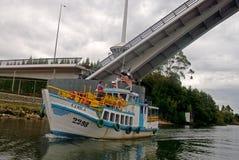 Τουρίστες σε μια παραδοσιακή βάρκα στη Χιλή στοκ φωτογραφίες
