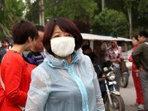Τουρίστες σε ΧΙ «μια φθορά μια μάσκα στη δορά για να θαυμάσει το micrometeorology άποψης συνήγορο ρύπανσης υγιή να κολυμπήσει Στοκ φωτογραφίες με δικαίωμα ελεύθερης χρήσης