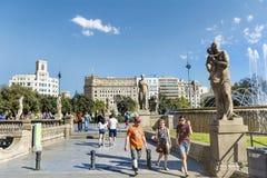 τουρίστες σε Plaza de καταλωνία στη Βαρκελώνη, Ισπανία Στοκ φωτογραφία με δικαίωμα ελεύθερης χρήσης