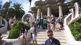 Τουρίστες στα βήματα Guell πάρκων φιλμ μικρού μήκους