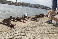 Τουρίστες στα παπούτσια στο Δούναβη Βουδαπέστη Ουγγαρία στοκ φωτογραφία με δικαίωμα ελεύθερης χρήσης