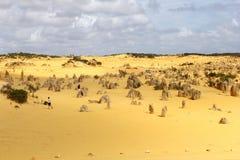 Τουρίστες στην έρημο πυραμίδων στο εθνικό πάρκο Nambung, Αυστραλία Στοκ εικόνες με δικαίωμα ελεύθερης χρήσης