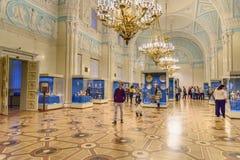 Τουρίστες στην αίθουσα του Αλεξάνδρου του Μουσείου Ερμιτάζ Πετρούπολη Άγιος Ρωσία στοκ εικόνες με δικαίωμα ελεύθερης χρήσης