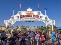 Τουρίστες στην αποβάθρα παραδείσου, πάρκο περιπέτειας της Disney Καλιφόρνια Στοκ Εικόνες