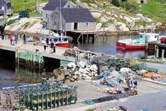 Τουρίστες στην αποβάθρα στον όρμο της Peggy, Νέα Σκοτία, Καναδάς Στοκ φωτογραφία με δικαίωμα ελεύθερης χρήσης