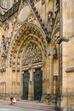 Τουρίστες στην είσοδο στον καθεδρικό ναό του ST Vitus, Πράγα, τσεχικό Ρ Στοκ Εικόνα
