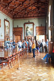 Τουρίστες στην επίσημη τραπεζαρία στο παλάτι Vorontsov Στοκ φωτογραφία με δικαίωμα ελεύθερης χρήσης