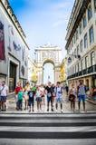 Τουρίστες στην οδό στη Λισσαβώνα Στοκ εικόνα με δικαίωμα ελεύθερης χρήσης