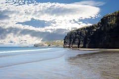Τουρίστες στην παραλία και τους απότομους βράχους ballybunion Στοκ Φωτογραφία