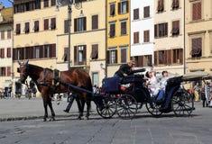 Τουρίστες στην πλατεία Di Santa Croce στη Φλωρεντία, Ιταλία Στοκ Φωτογραφίες