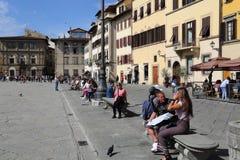 Τουρίστες στην πλατεία Di Santa Croce στη Φλωρεντία, Ιταλία Στοκ φωτογραφία με δικαίωμα ελεύθερης χρήσης