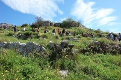 Τουρίστες στην πορεία στις καταστροφές της αρχαίας ακρόπολη σε Mycena στοκ εικόνα