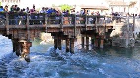 Τουρίστες στην πόλη Borghetto πέρα από μια γέφυρα απόθεμα βίντεο