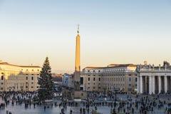 Τουρίστες στην πλατεία Αγίου Peter ` s στη πόλη του Βατικανού, Βατικανό Στοκ Εικόνες