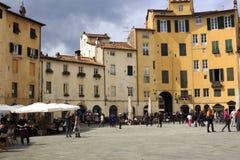 Τουρίστες στην πλατεία Σάντα Μαρία Lucca Ιταλία Στοκ Εικόνα