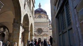 Τουρίστες στην πλατεία Duomo με το παρεκκλησι Cappella Colleoni, άποψη από την πλατεία Vecchia, Μπέργκαμο, Ιταλία Στοκ Εικόνα