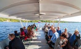 Τουρίστες στη βάρκα εξόρμησης που ταξιδεύει από τον ποταμό του Βόλγα στο α Στοκ Φωτογραφία