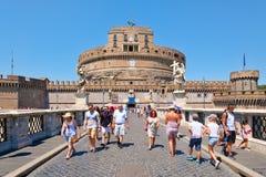 Τουρίστες στη γέφυρα δίπλα σε Castel Sant ` Angelo στην κεντρική Ρώμη Στοκ φωτογραφία με δικαίωμα ελεύθερης χρήσης