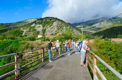 Τουρίστες στη γέφυρα πέρα από το φαράγγι του ποταμού Moraca, Μαυροβούνιο Στοκ εικόνα με δικαίωμα ελεύθερης χρήσης