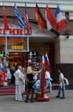 Τουρίστες στη για τους πεζούς οδό Arbat στη Μόσχα Στοκ Φωτογραφία
