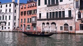Τουρίστες στη γόνδολα που επιπλέει στο μεγάλο κανάλι στη Βενετία απόθεμα βίντεο