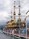 Τουρίστες στη σειρά αναμονής που περιμένουν τη ναυσιπλοΐα βαρκών στοκ φωτογραφίες
