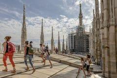 Τουρίστες στη στέγη καθεδρικών ναών, Μιλάνο, Ιταλία Στοκ φωτογραφία με δικαίωμα ελεύθερης χρήσης