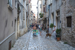 Τουρίστες στις οδούς Rovinj, Κροατία Rovinj, Κροατία - Ιούλιος Στοκ Εικόνα