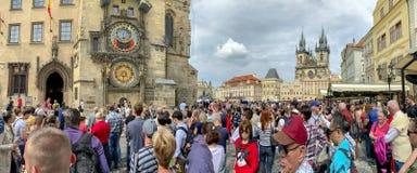 Τουρίστες στον αστρονομικό πύργο ρολογιών της Πράγας στοκ εικόνες