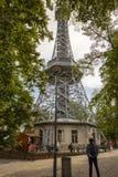 Τουρίστες στον πύργο παρατήρησης Petrin στην Πράγα, Δημοκρατία της Τσεχίας στοκ φωτογραφίες