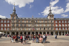 Τουρίστες στον ταγματάρχη Plaza στη Μαδρίτη, Ισπανία Στοκ Φωτογραφία