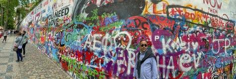 Τουρίστες στον τοίχο του John Lennon στην Πράγα, Δημοκρατία της Τσεχίας στοκ φωτογραφία με δικαίωμα ελεύθερης χρήσης
