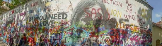 Τουρίστες στον τοίχο Lennon στην Πράγα, Δημοκρατία της Τσεχίας στοκ εικόνα