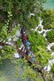Τουρίστες στο θαλάσσιο περίπατο στο φυσικό πάρκο λιμνών Plitvice στοκ εικόνα