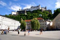 Τουρίστες στο ιστορικό κέντρο του Σάλτζμπουργκ, Αυστρία Στοκ φωτογραφία με δικαίωμα ελεύθερης χρήσης