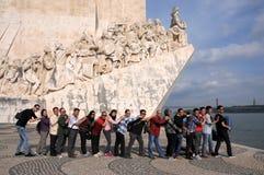Τουρίστες στο μνημείο στις ανακαλύψεις στη Λισσαβώνα στοκ εικόνες με δικαίωμα ελεύθερης χρήσης