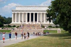Τουρίστες στο μνημείο του Λίνκολν στην Ουάσιγκτον Δ Γ Στοκ φωτογραφία με δικαίωμα ελεύθερης χρήσης