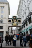 Τουρίστες στο μουσικό ρολόι Ankeruhr στη Βιέννη Στοκ Εικόνα