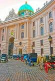 Τουρίστες στο παλάτι Βιέννη Ευρώπη Hofburg φτερών Αγίου Michael στοκ εικόνες με δικαίωμα ελεύθερης χρήσης