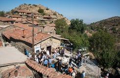 Τουρίστες στο παραδοσιακό παλαιό χωριό Κύπρος Fikardou Στοκ Εικόνες
