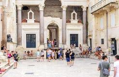 Τουρίστες στο προαύλιο της διάσπασης παλατιών Diocletian ` s Στοκ εικόνα με δικαίωμα ελεύθερης χρήσης