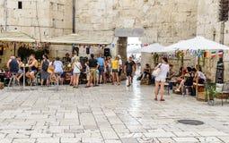 Τουρίστες στο προαύλιο της διάσπασης παλατιών Diocletian ` s Στοκ φωτογραφίες με δικαίωμα ελεύθερης χρήσης