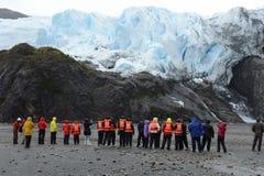 Τουρίστες στο πόδι του παγετώνα Aguila del fuego tierra Στοκ φωτογραφία με δικαίωμα ελεύθερης χρήσης