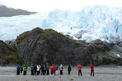 Τουρίστες στο πόδι του παγετώνα Aguila del fuego tierra Στοκ Εικόνες