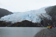 Τουρίστες στο πόδι του παγετώνα Aguila del fuego tierra Στοκ εικόνα με δικαίωμα ελεύθερης χρήσης