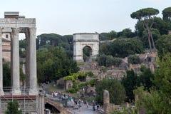 Τουρίστες στο ρωμαϊκό φόρουμ στοκ φωτογραφία με δικαίωμα ελεύθερης χρήσης